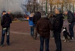 Zahlreiche Gäste beim Entzünden des Feuers